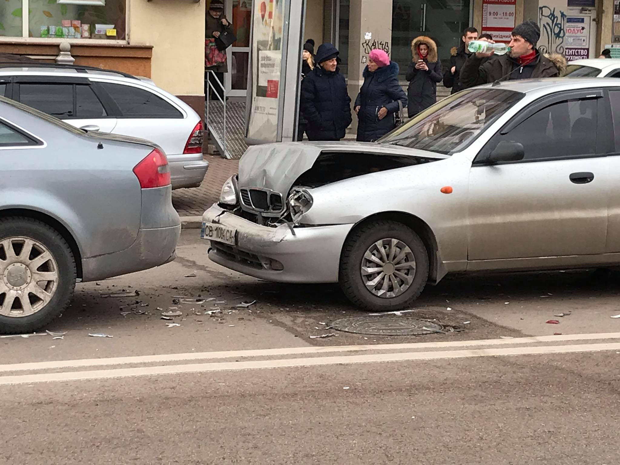 """В центрі Франківська """"поїздом"""" зіткнулися чотири машини 6"""