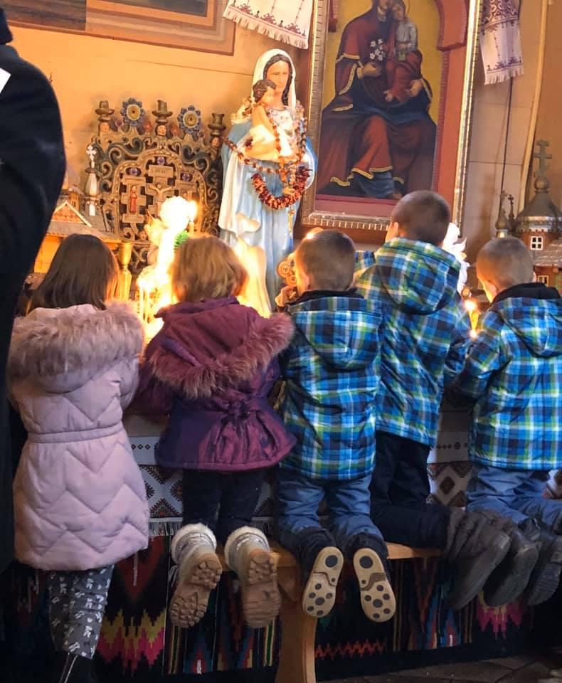 На Прикарпатті за один день охрестили цілу сім'ю - двох батьків та 10 дітей 2