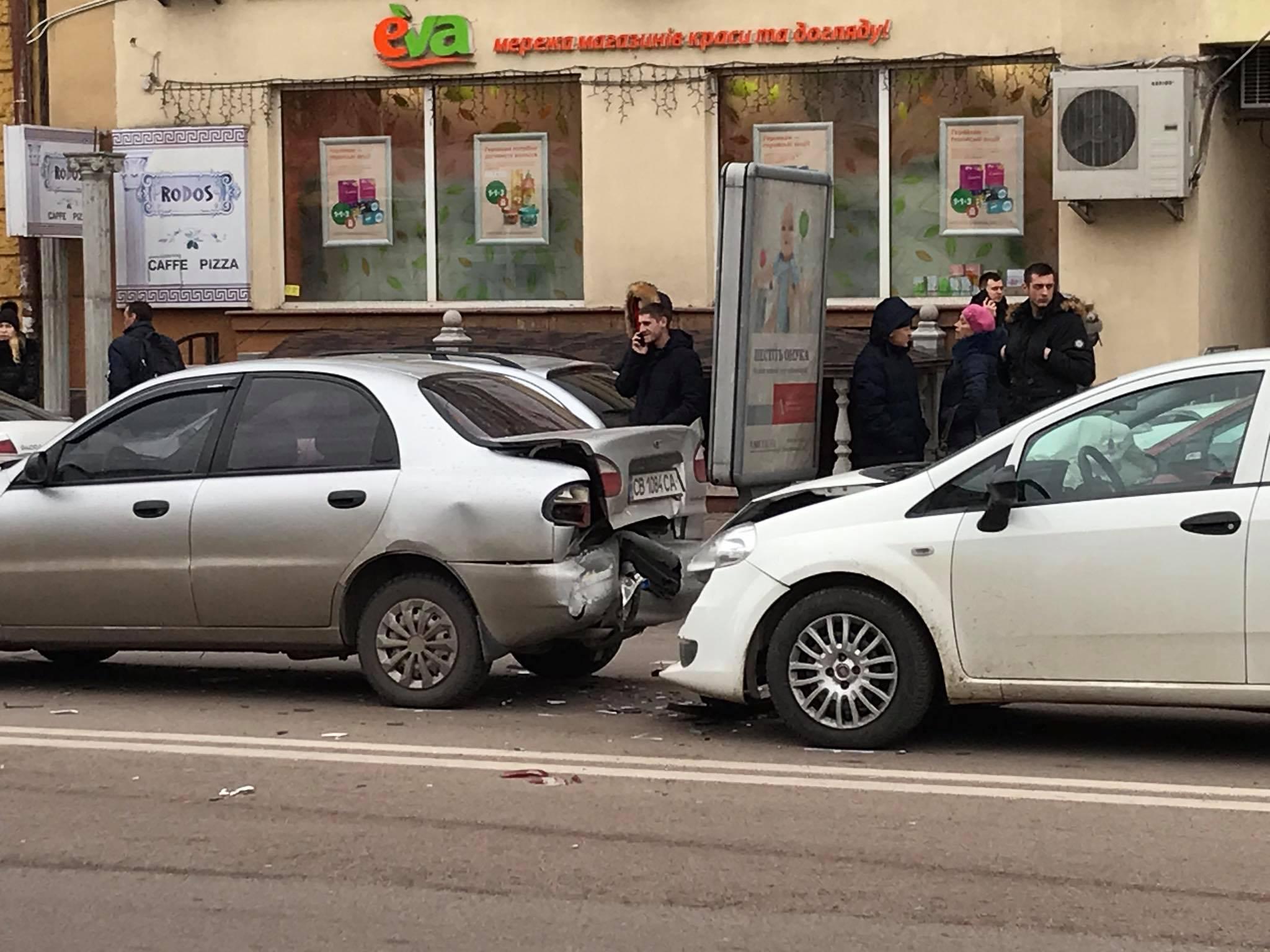 """В центрі Франківська """"поїздом"""" зіткнулися чотири машини 8"""