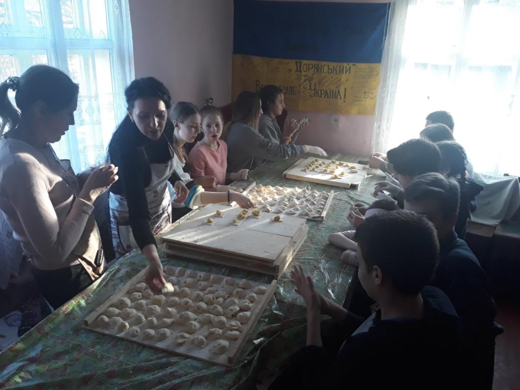 На Франківщині восьмикласники наліпили 5 тисяч вареників на фронт 1