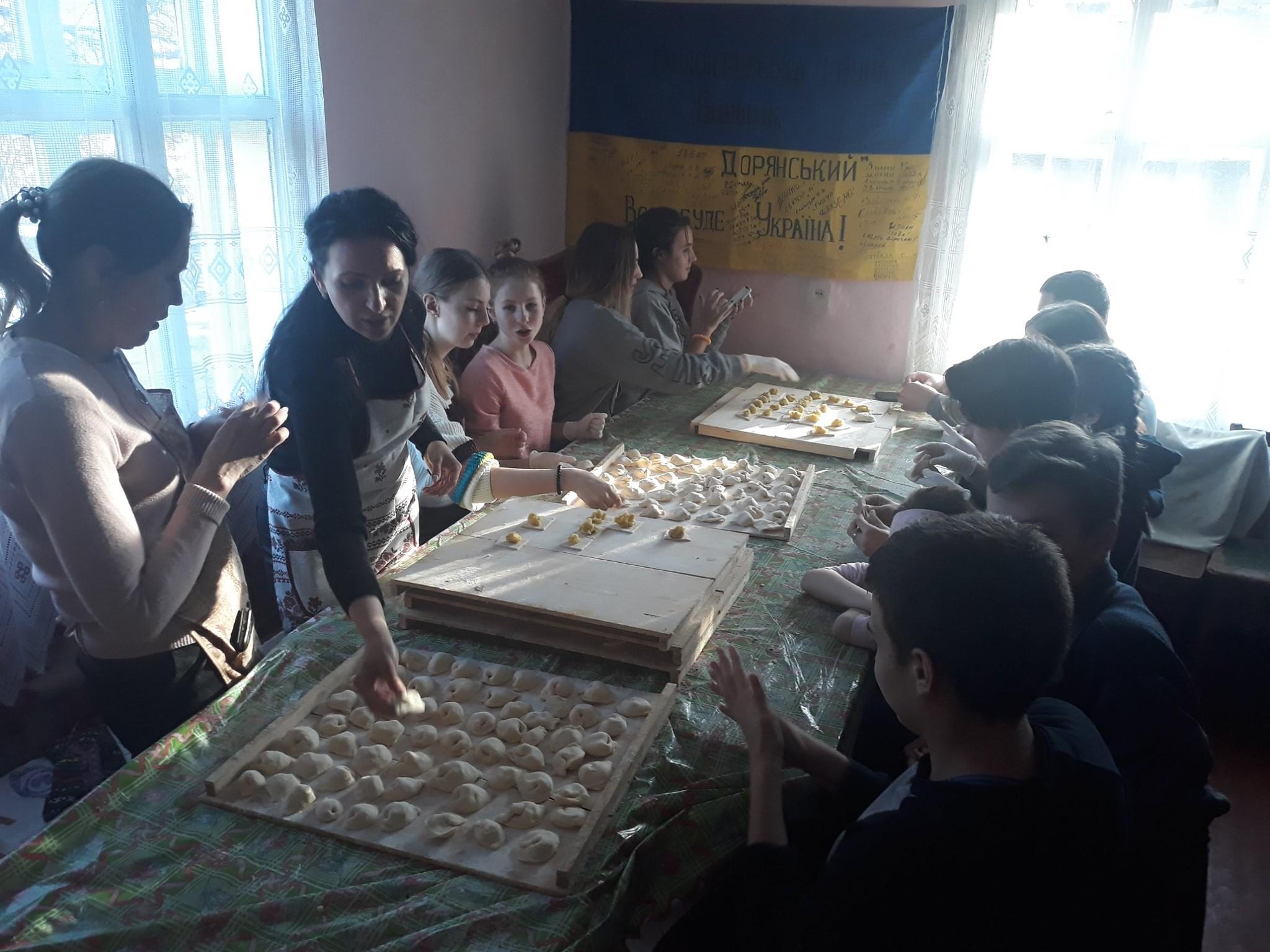 На Франківщині восьмикласники наліпили 5 тисяч вареників на фронт 2