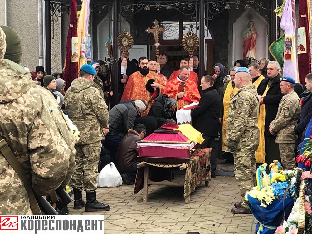 У рідному селі на Прикарпатті поховали атовця, який зник безвісти шість років тому 8