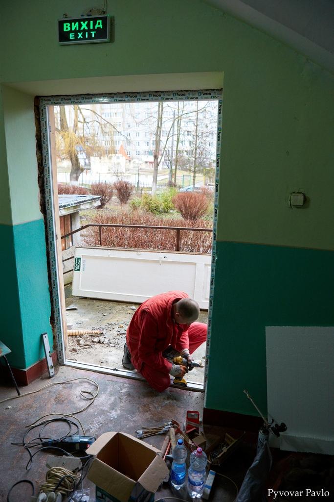 В одній з найбільших шкіл Франківська завершили заміну вікон та дверей 2