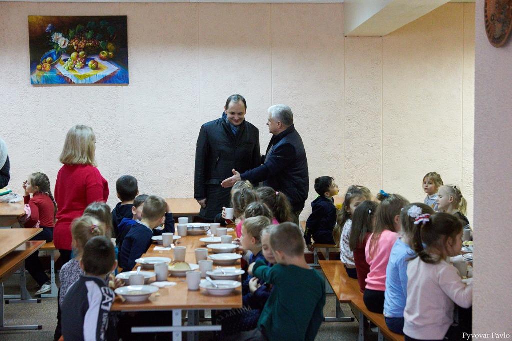 В одній з найбільших шкіл Франківська завершили заміну вікон та дверей 6