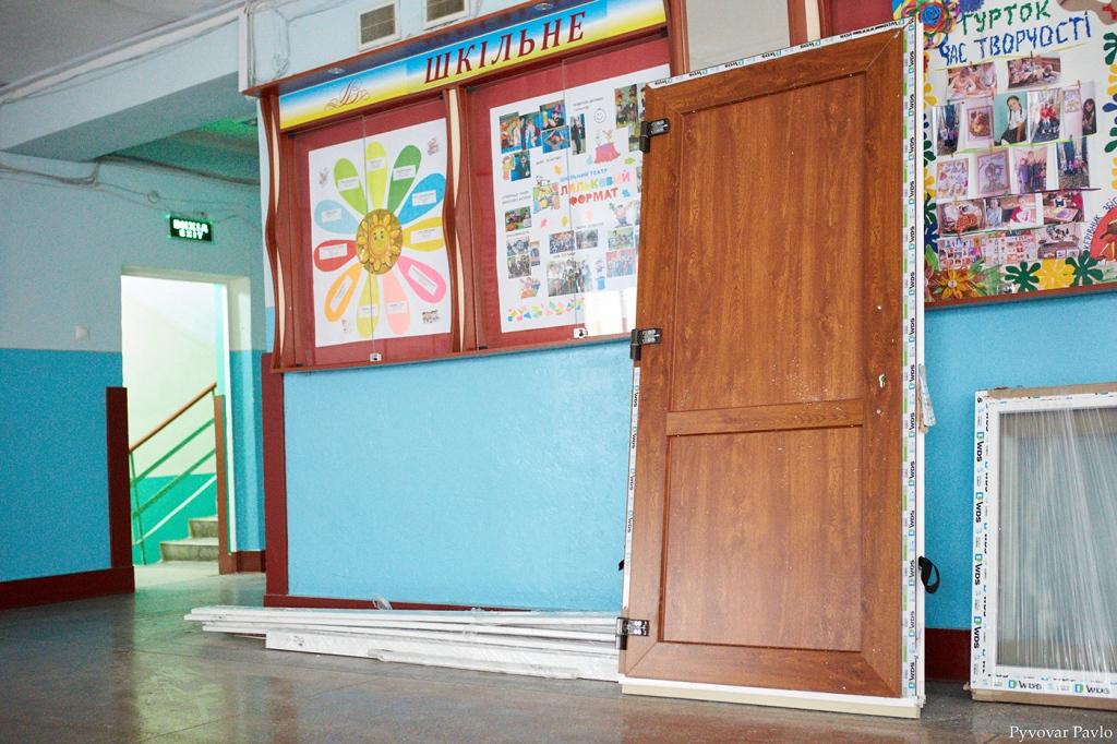 В одній з найбільших шкіл Франківська завершили заміну вікон та дверей 12