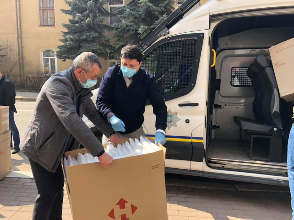 Волонтери передали засоби захисту прикарпатським медикам і поліцейським 2