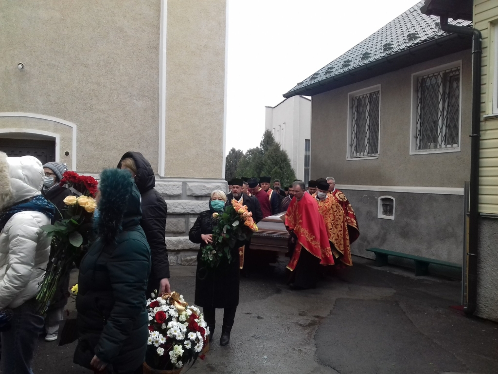 На похорон священника в Калуші люди прийшли в масках 1