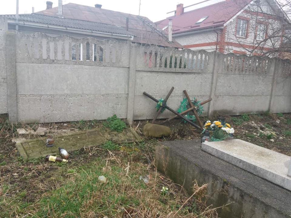 У Франківську вандали понищили могили 2