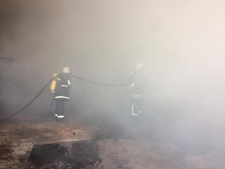 """У Ямниці майже чотири десятки пожежників гасили пожежу на заводі """"Барва"""" 2"""
