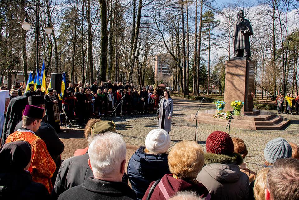 Сьогодні – день народження Шевченка: франківці читають вірші і йдуть до Кобзаря 10