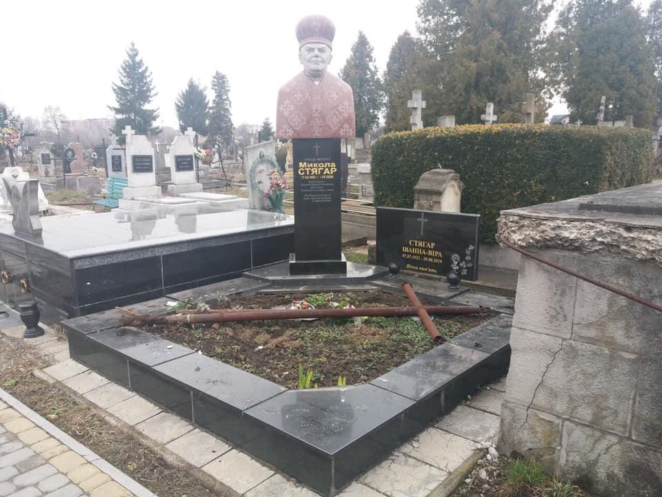 У Франківську вандали понищили могили 6