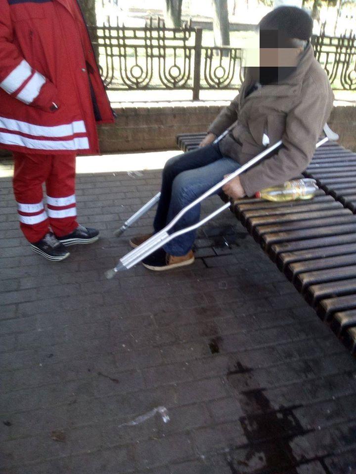 Біля франківського вокзалу муніципали допомогли двом п'яним чоловікам 2