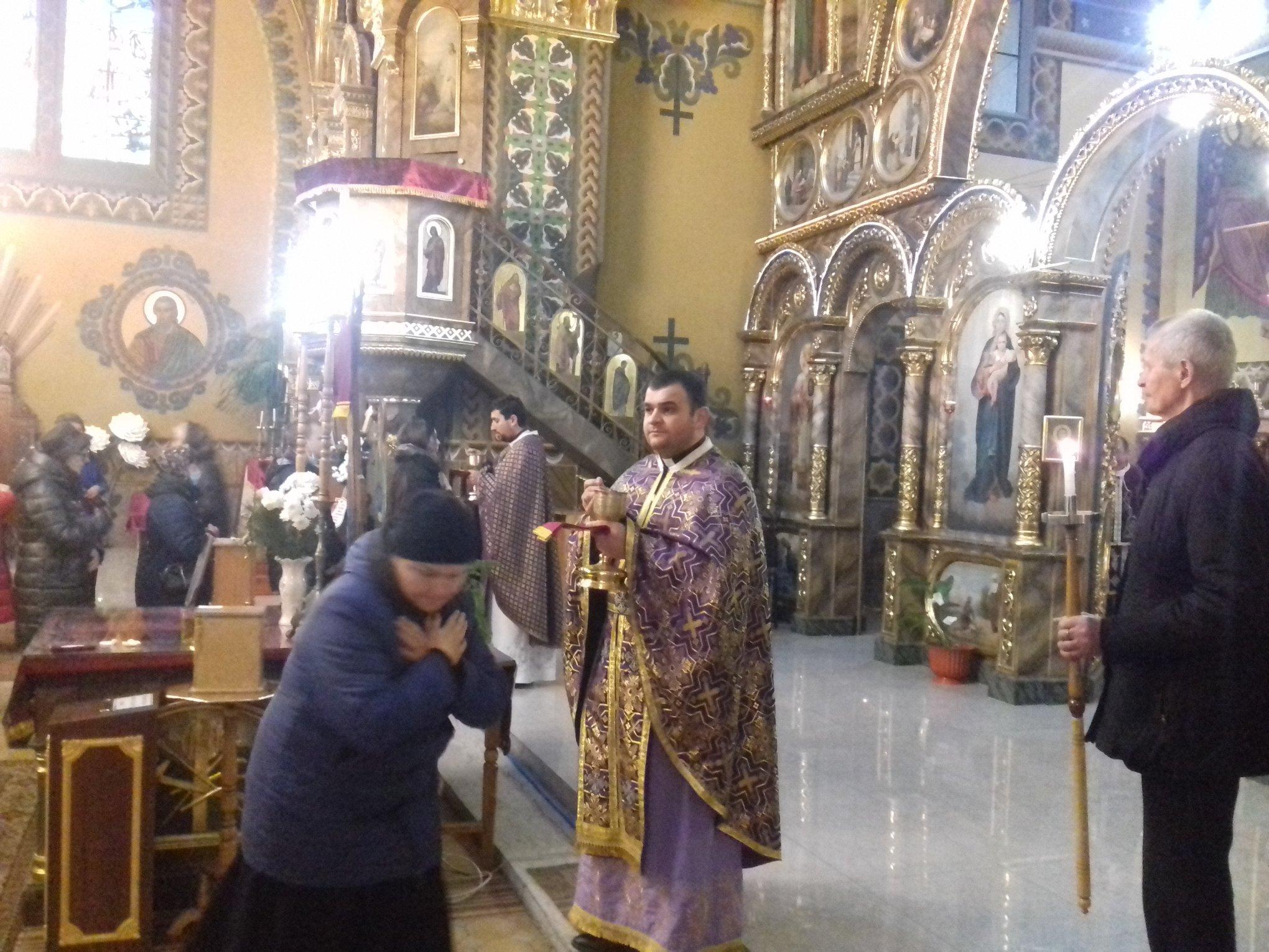 На похорон священника в Калуші люди прийшли в масках 6