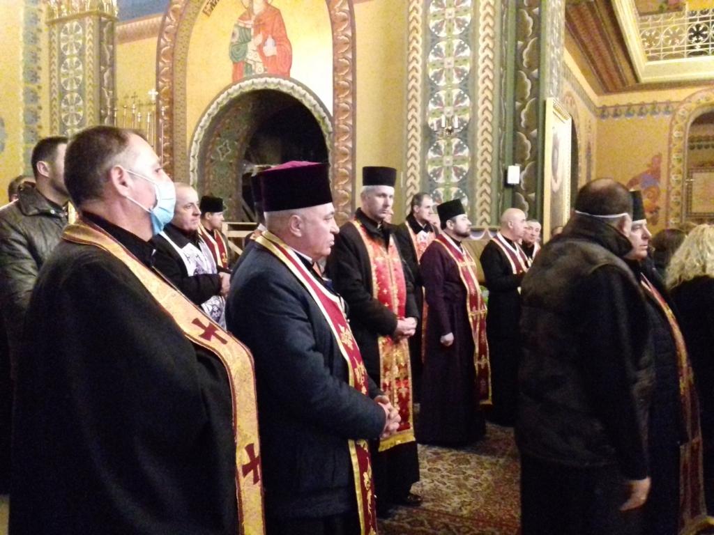 На похорон священника в Калуші люди прийшли в масках 4