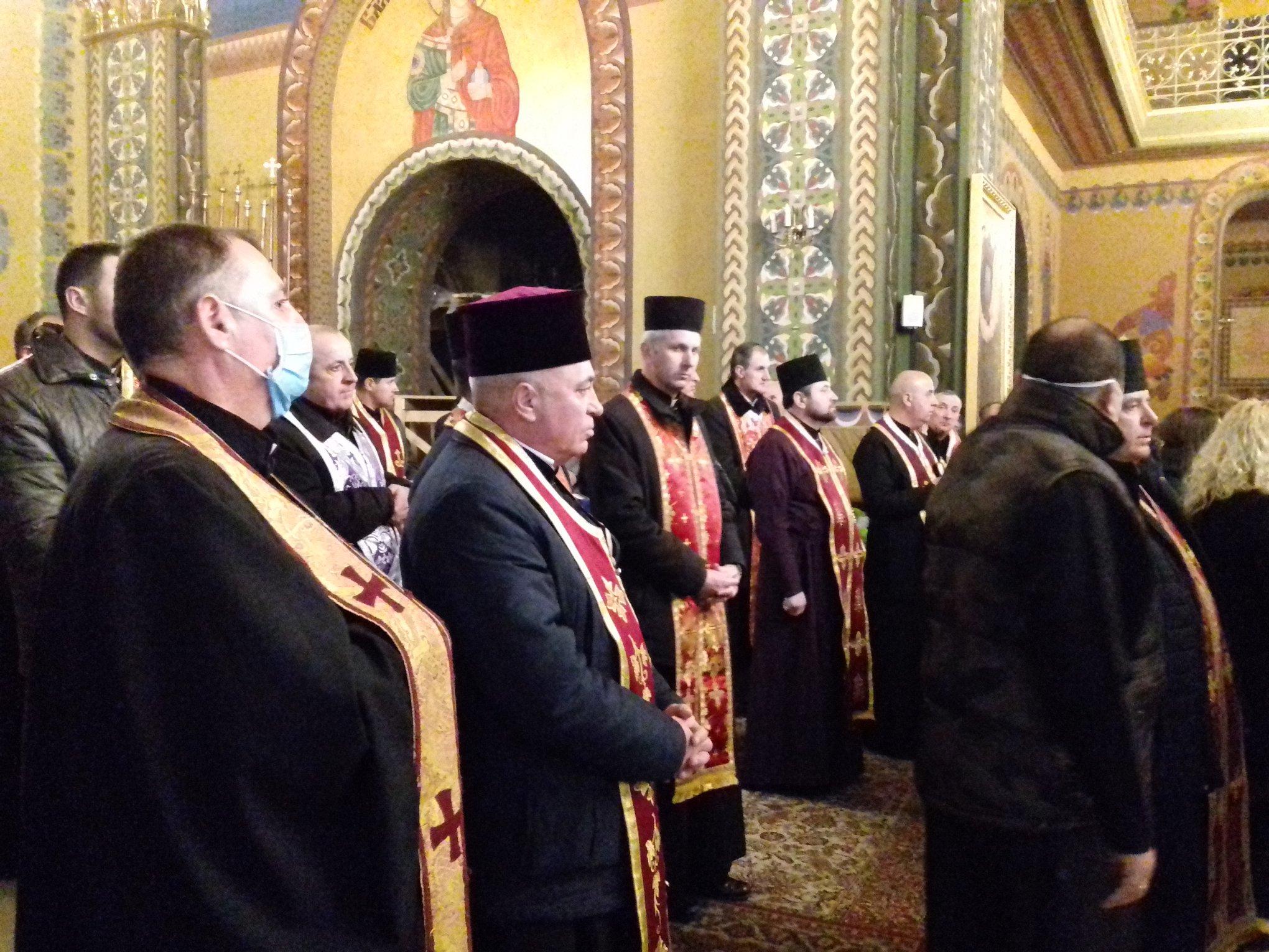 На похорон священника в Калуші люди прийшли в масках 8