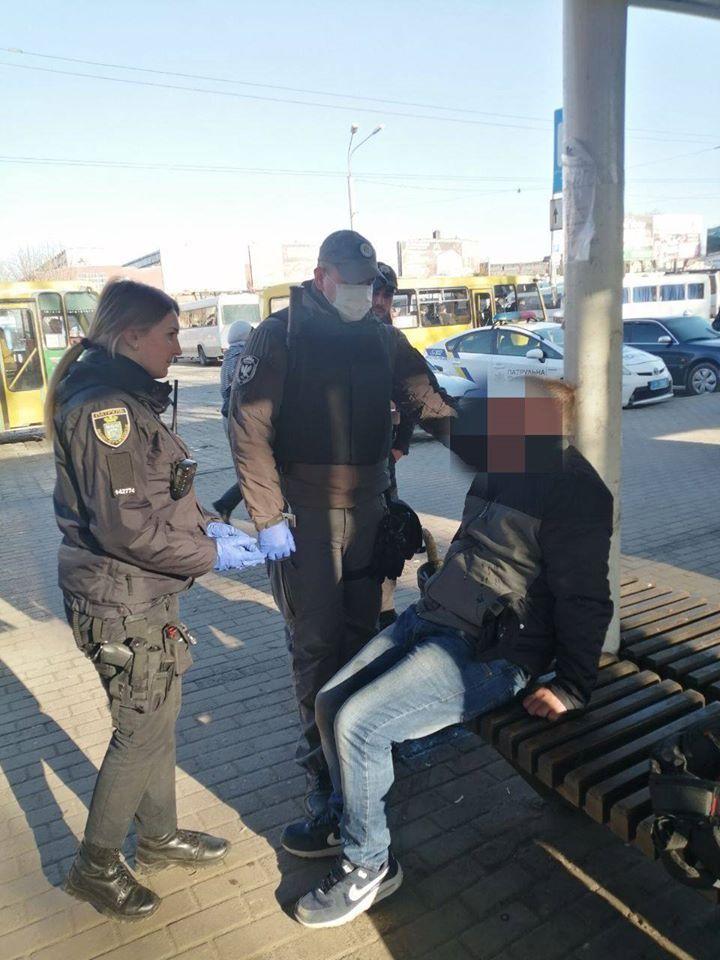 Біля франківського вокзалу муніципали допомогли двом п'яним чоловікам 4