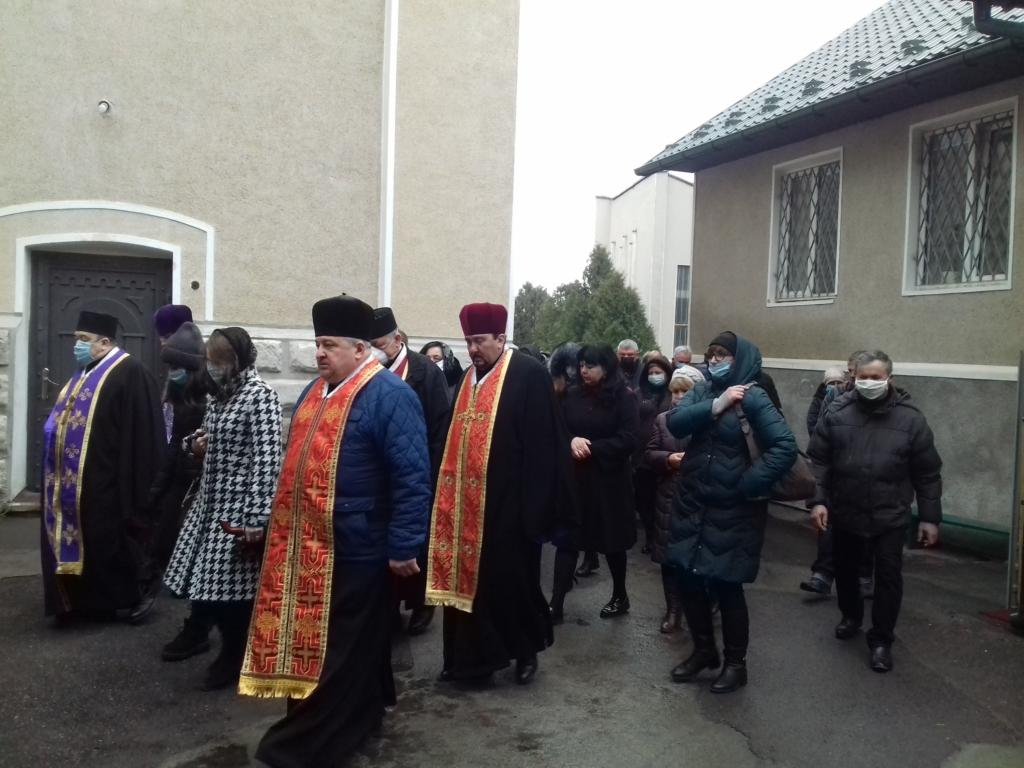 На похорон священника в Калуші люди прийшли в масках 5