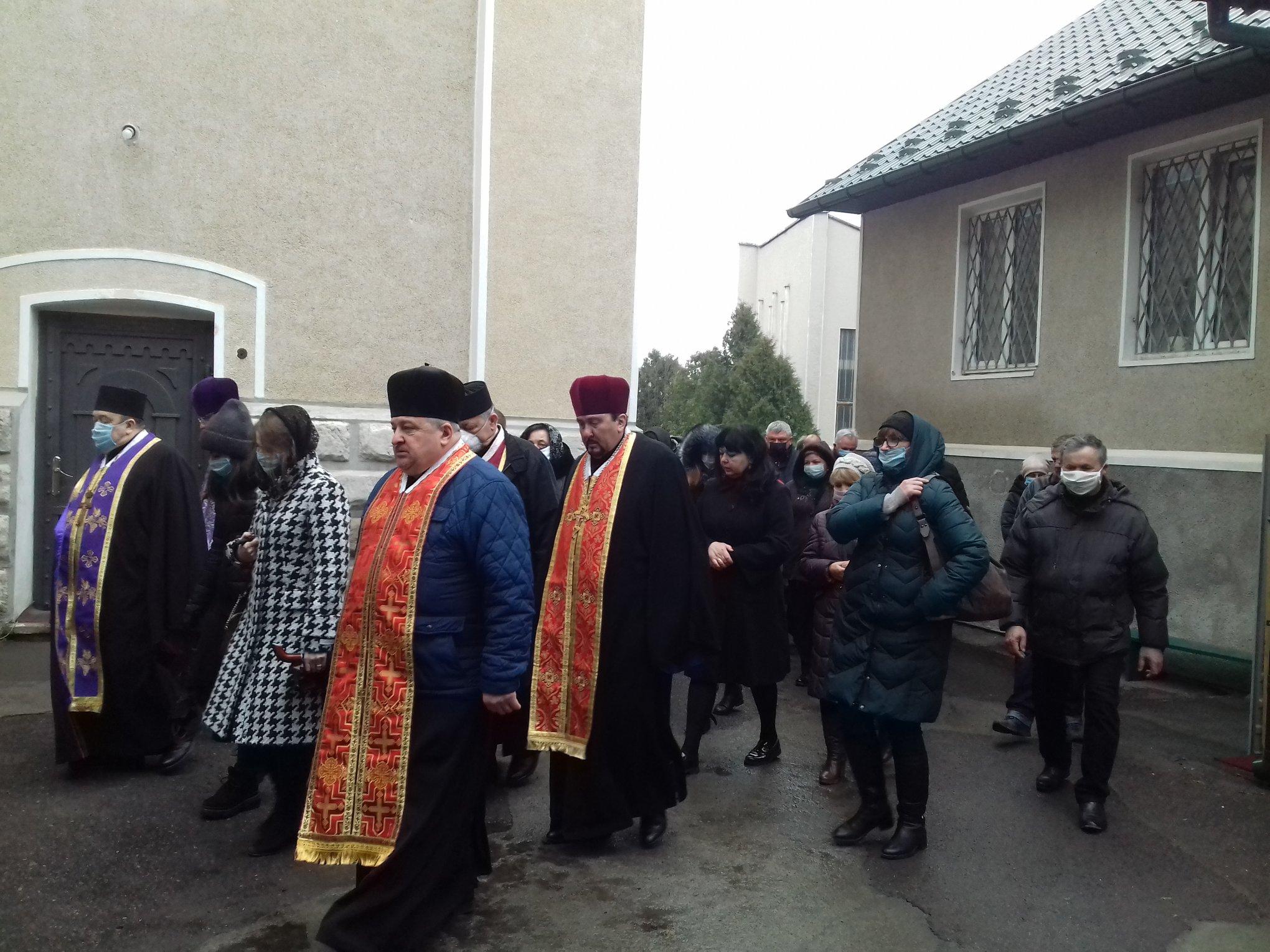 На похорон священника в Калуші люди прийшли в масках 10