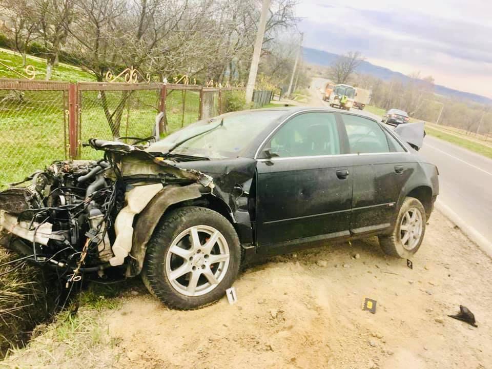 """На виїзді з Долини """"Ауді"""" злетіла з дороги – водій загинув, пасажир в лікарні 4"""
