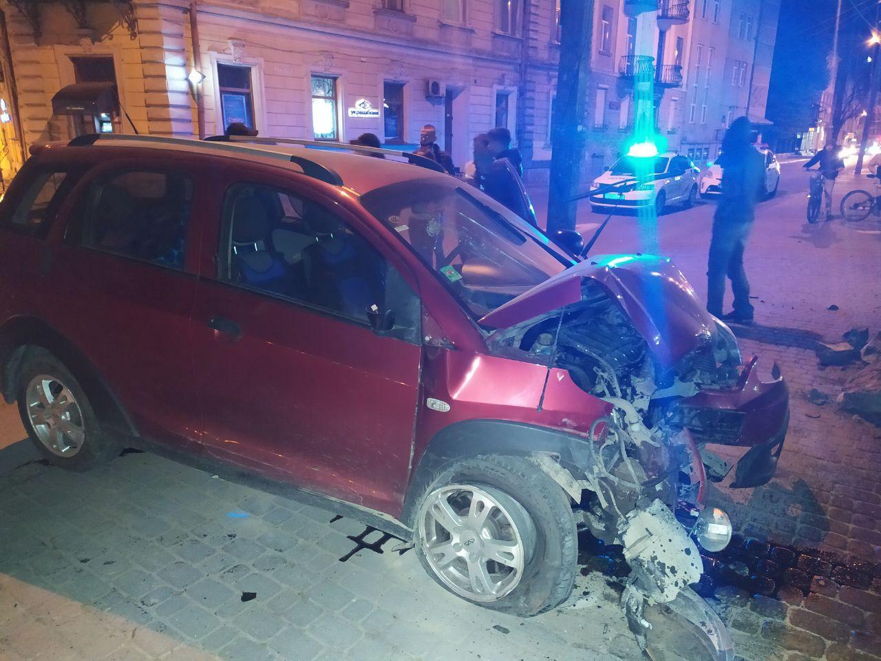 У центрі Франківська п'яна водійка врізалася в паркан 1
