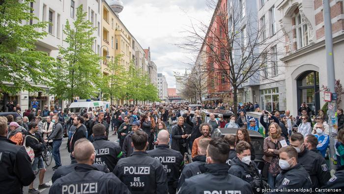 У Берліні близько тисячі людей вийшли на протест проти карантину 4