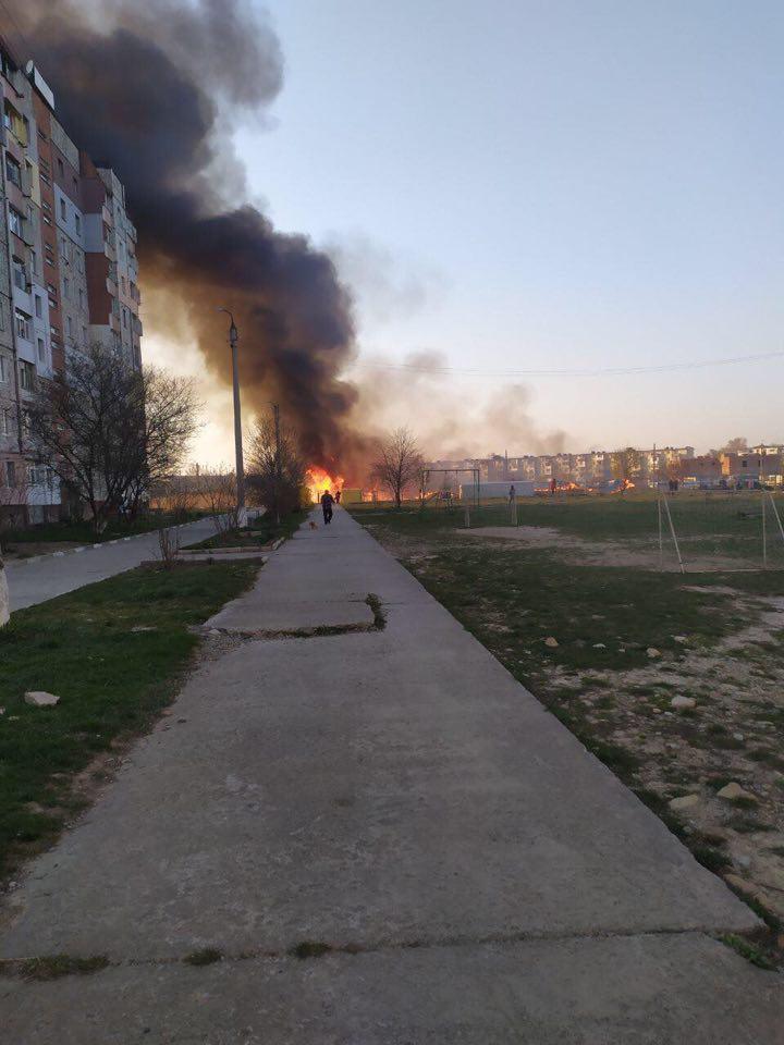 У Калуші посеред міста підпалили суху траву – язики полум'я здіймалися на кілька метрів 1