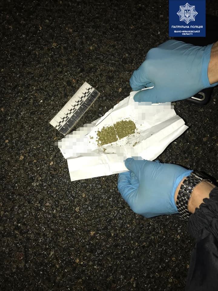 У Франківську патрульні зупинили 22-річного водія під наркотиками 1
