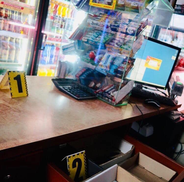 У Франківську чоловік пограбував магазин, погрожуючи продавчині ножем 2