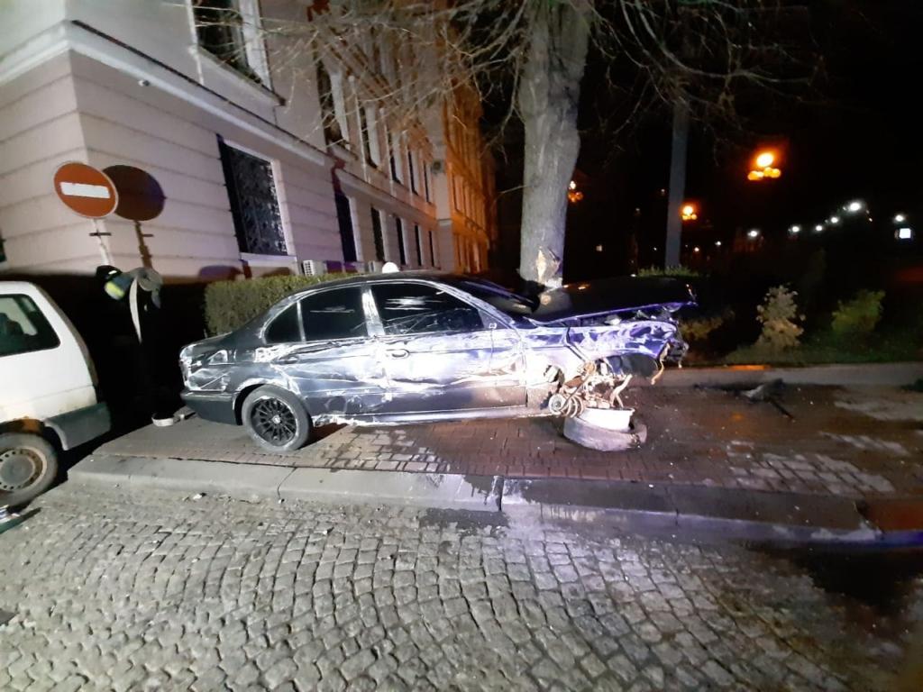 У Франківську BMW на шаленій швидкості зніс стовпці і перекинувся на тротуарі 1