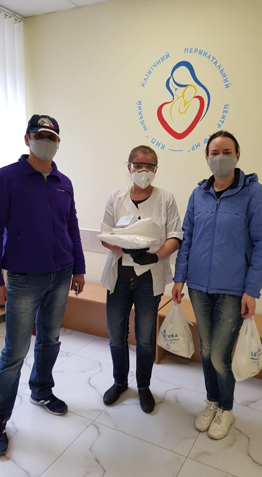 580 експрес-тестів та захист для медиків передали в лікарні Франківська 8