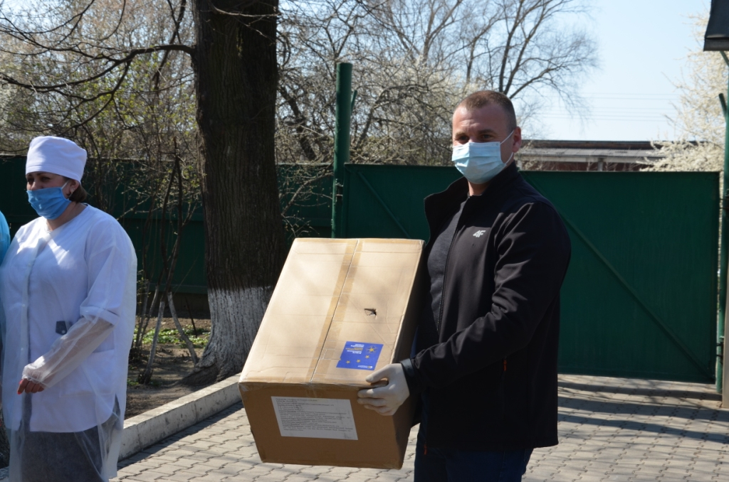Лікарні Прикарпаття отримали 200 захисних костюмів від Фонду Порошенка 6