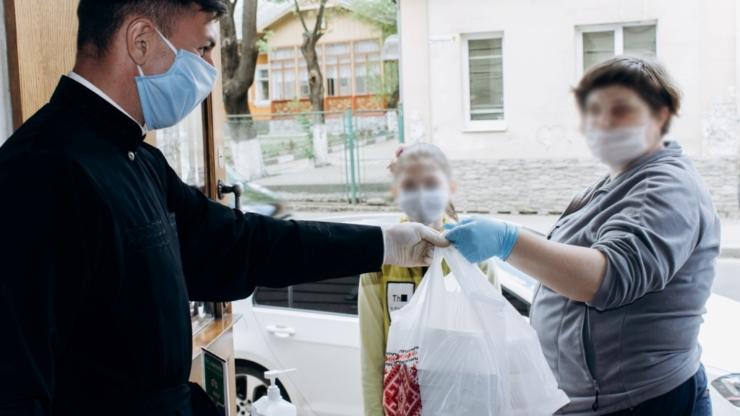У Франківську під час карантину УГКЦ доставляє безкоштовні обіди потребуючим