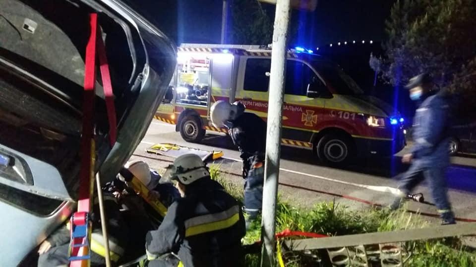 """У Нижневі перекинувся """"Mercedes"""" - водія вирізали рятувальники 1"""