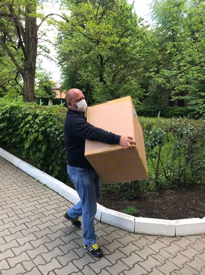 Депутати «ЄС» передали медикам Франківська пульсоксимтери, захисні костюми та відремонтований апарат ШВЛ 1