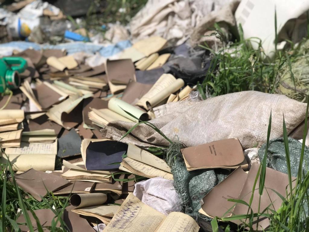 В селі на Рогатинщині люди борються зі стихійними смітниками, а влада скидає відходи в кар'єр 6