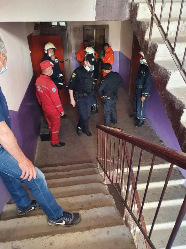 80-річна франківчанка не могла вийти з квартири, забитої сміттям 4