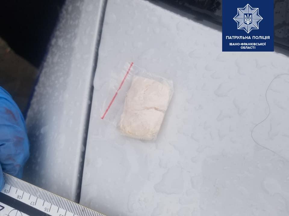 У Франківську патрульні затримали машину, пасажири мали наркотики