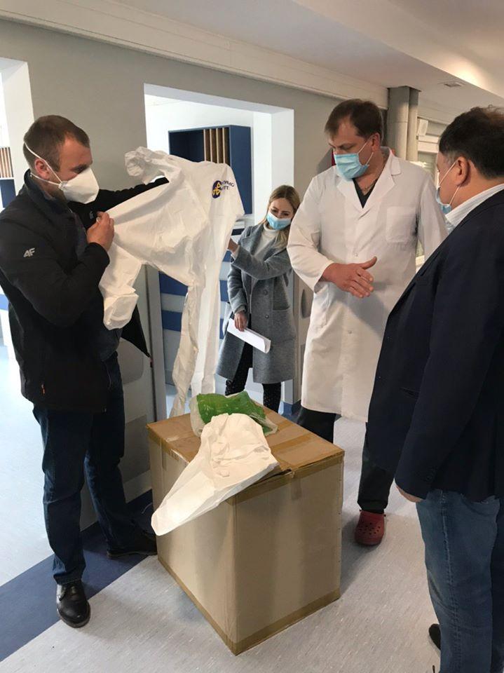 Депутати «ЄС» передали медикам Франківська пульсоксимтери, захисні костюми та відремонтований апарат ШВЛ 2
