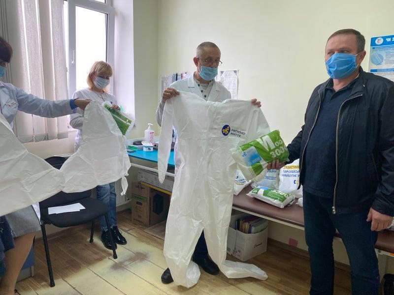 Депутати «ЄС» передали медикам Франківська пульсоксимтери, захисні костюми та відремонтований апарат ШВЛ 3