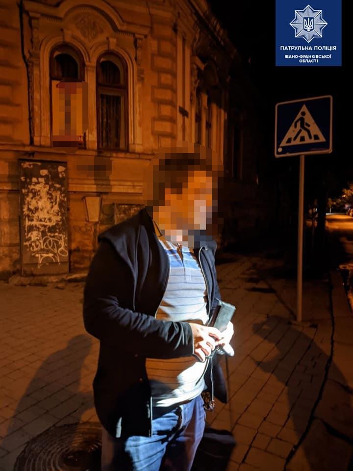 У Франківську п'яний водій пошкодив машину, знак і в'їхав у будинок 2