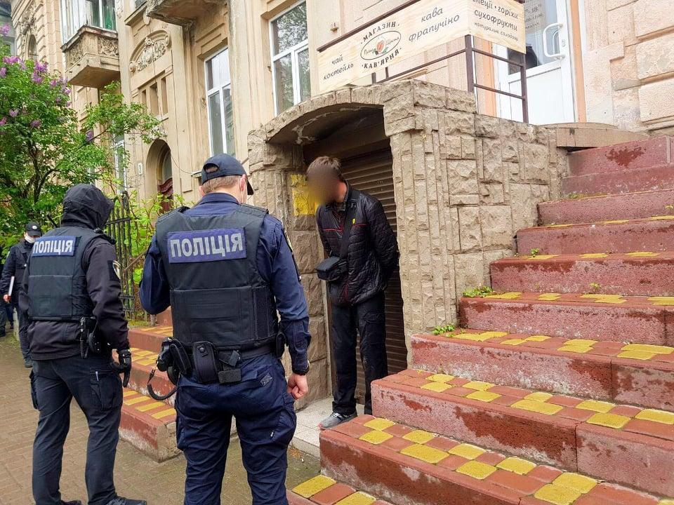 У центрі Франківська чоловік з ножем та пістолетом напав на продавця: пошкоджено дві машини 4