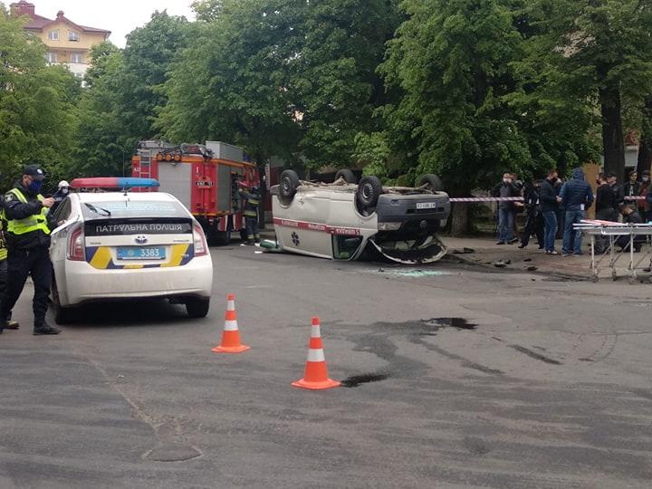 На перехресті Сахарова – Коновальця Volkswagen  протаранив швидку – троє пасажирів ШМД травмовані 10