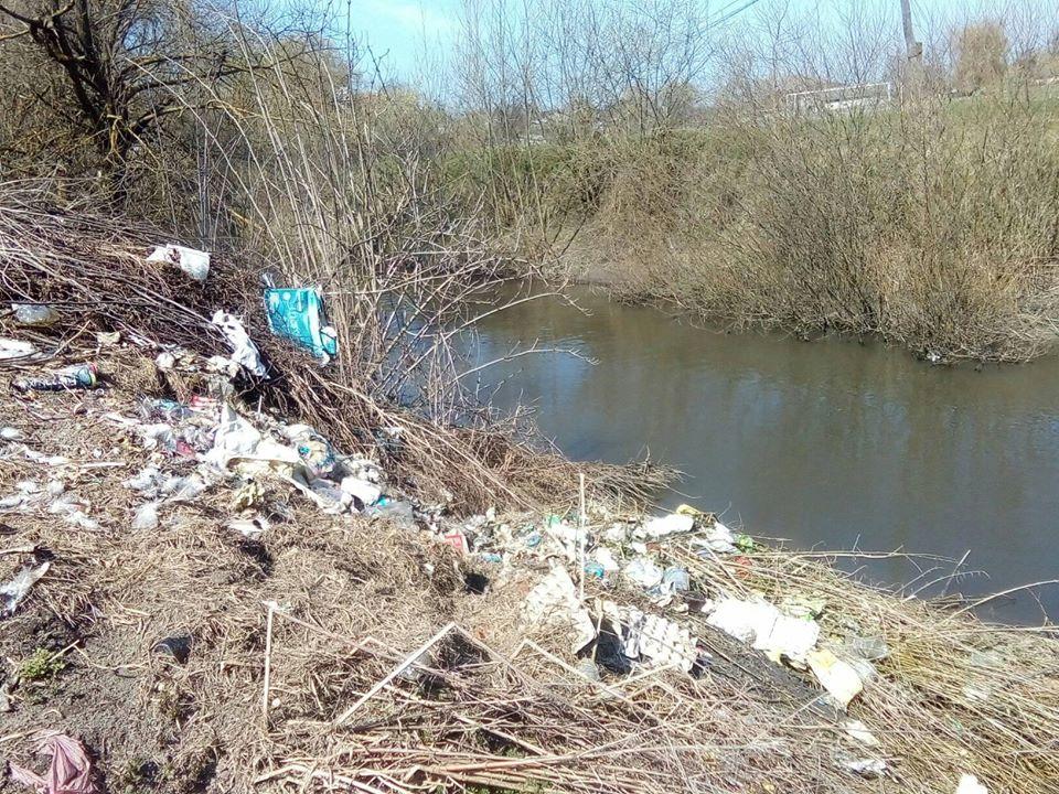 В селі на Рогатинщині люди борються зі стихійними смітниками, а влада скидає відходи в кар'єр 3