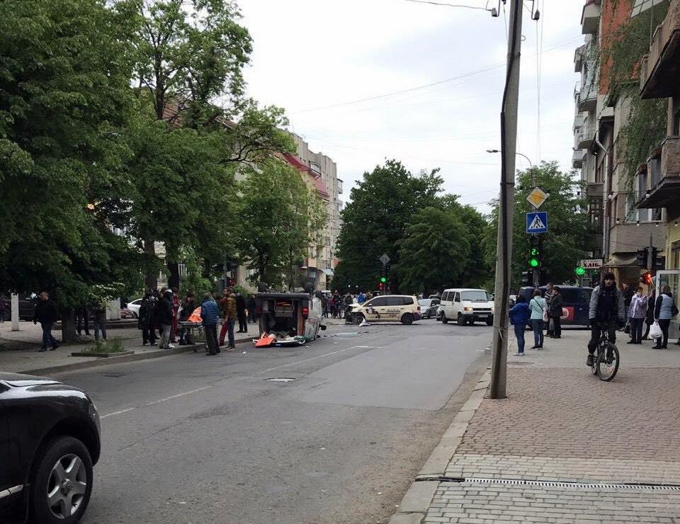 На перехресті Сахарова – Коновальця Volkswagen  протаранив швидку – троє пасажирів ШМД травмовані 4