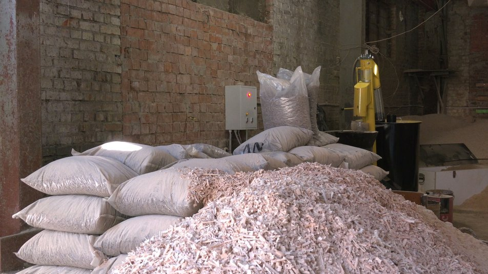 Ветеран війни в Коломиї робить палети з відходів 3
