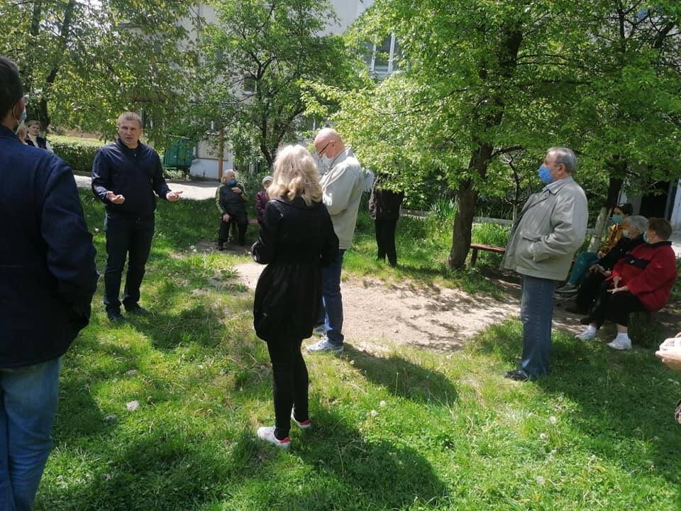 Степан Руднянин помагає мешканцям будинку на Сорохтея, 9а підготувати документи для відключення від СТЕКу