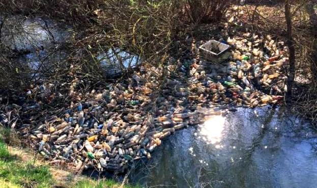В селі на Рогатинщині люди борються зі стихійними смітниками, а влада скидає відходи в кар'єр 2