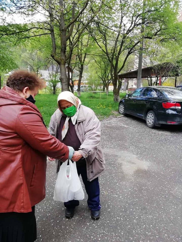 Соціальна працівниця в Яремчі готує і годує 40 одиноких підопічних 4