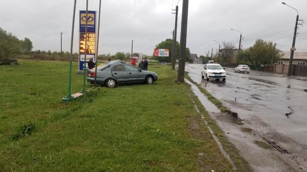 У Франківську автомобіль хотів уникнути зіткнення з іншим авто та в'їхав у стовп 2
