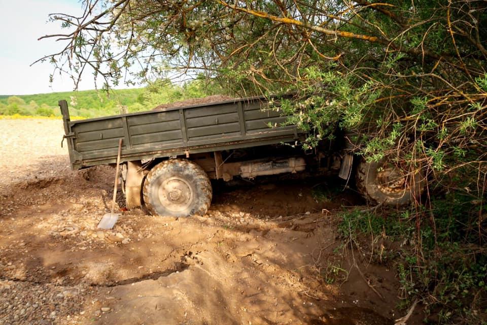 Поліцейські біля Лімниці вилучили вантажівку з піщано-гравійною сумішшю 2